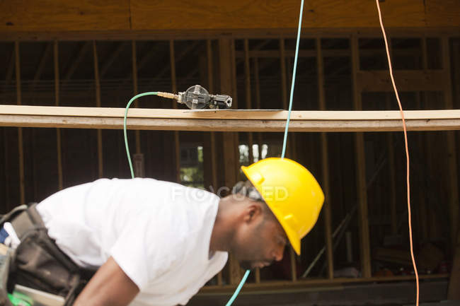 Столяр готовится работать на строительных лесах — стоковое фото