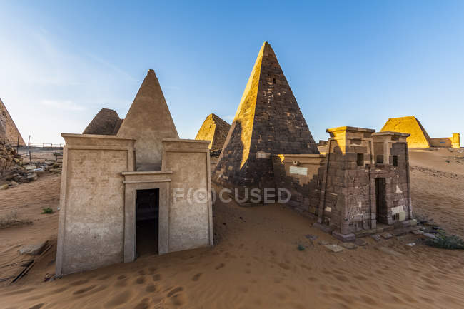 Pyramids and reconstructed chapel in the Northern Cemetery at Begarawiyah, Meroe, Northern State, Sudan — Stock Photo