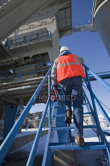 Инженерная башня завода по производству материалов — стоковое фото