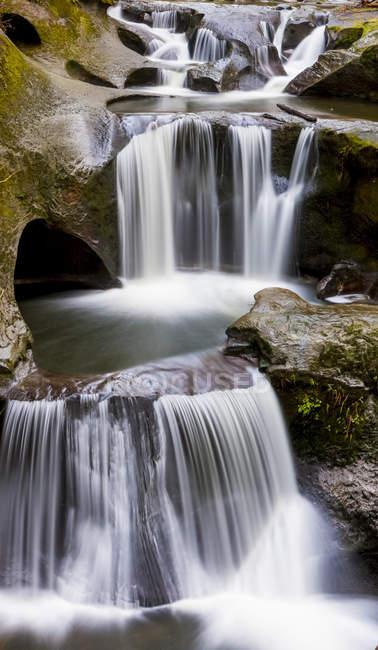 Cliff Falls, inúmeras cachoeiras que fluem sobre piscinas em camadas e bordas de rocha; Maple Ridge, British Columbia, Canadá — Fotografia de Stock