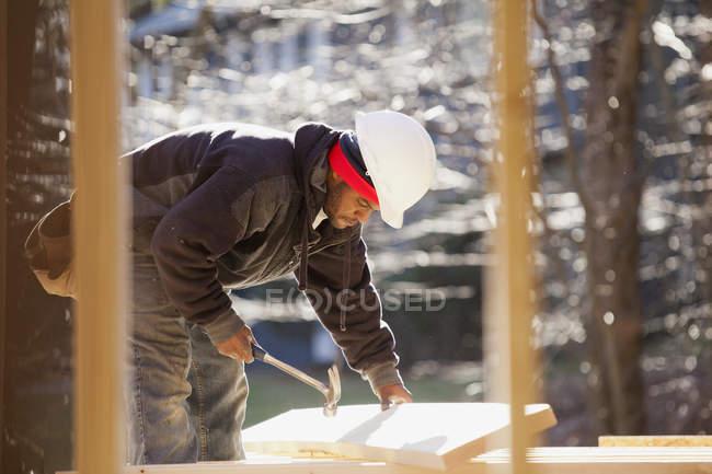 Lleve a cabo un rayo de elevación de martillo para la construcción de viviendas - foto de stock