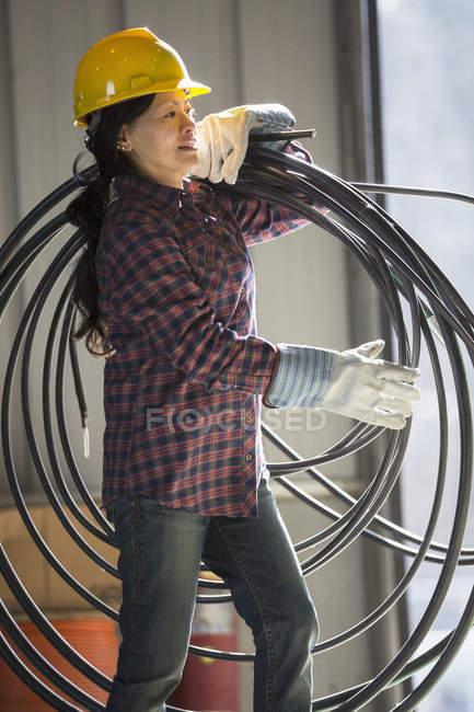 Жіночий Енергетик з силового кабелю в гаражі служби — стокове фото
