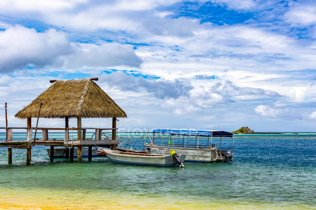 Pier and boats moored off an island in the South Pacific; Malolo Island, Fiji — Stock Photo