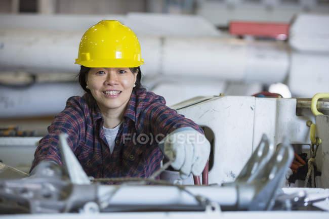 Жіночий енергетичний інженер вкладає інструменти в вантажівку з відрами. — стокове фото