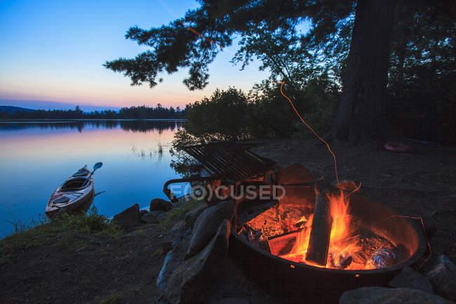 Campfire on Lake Umbagog at beautiful evening — Photo de stock