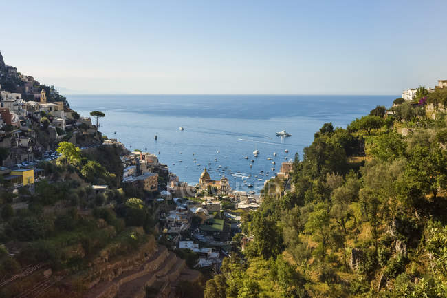 Chiesa di Santa Maria Assunta a Positano lungo la Costiera Amalfitana; Positano, Salerno, Italia — Foto stock
