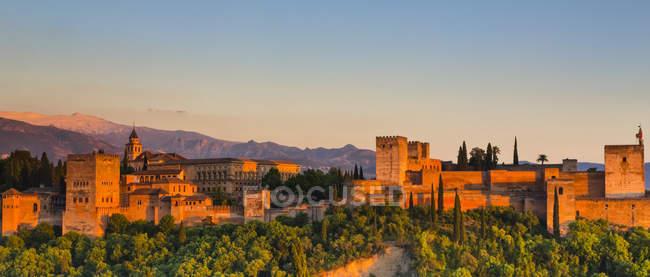 Alhambra, complejo palaciego y fortaleza, al atardecer; Granada, Andalucía, España - foto de stock