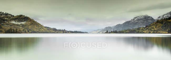 Большая панорама Каскадных гор и долины Оканаган в осенней обстановке с ранним снегом; Британская Колумбия, Канада — стоковое фото