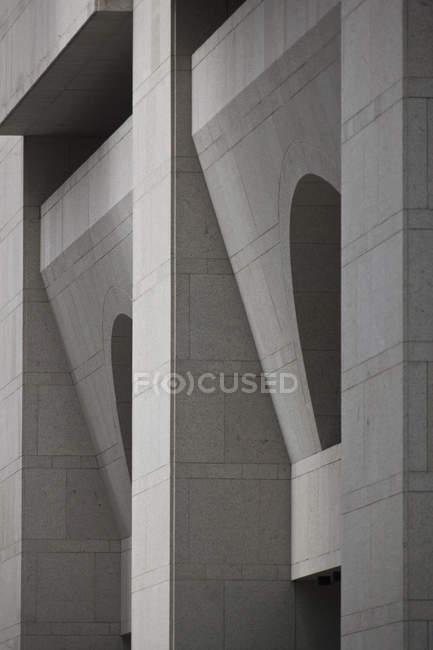 Fachada geométrica de un edificio, vista panorámica completa - foto de stock