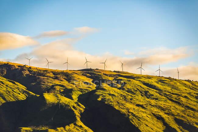 Turbine eoliche di fila lungo un crinale di un paesaggio accidentato, vicino a Kihei: Kihei, Maui, Hawaii, Stati Uniti d'America — Foto stock