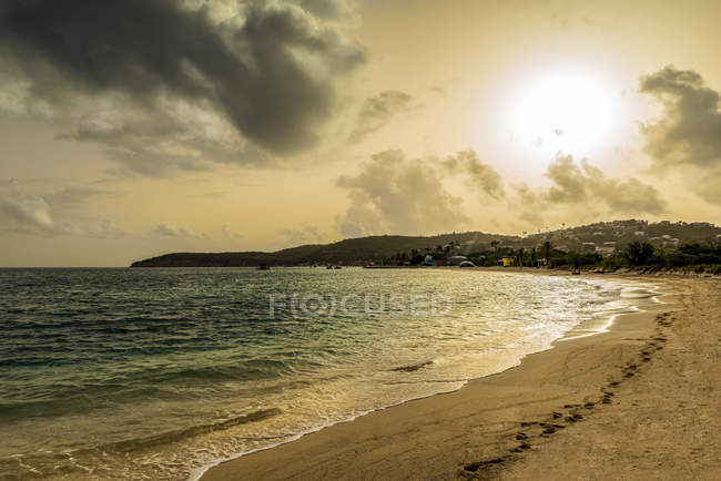 Sunrise on Dickenson Bay, St. Johns, Antigua and Barbuda — Stock Photo