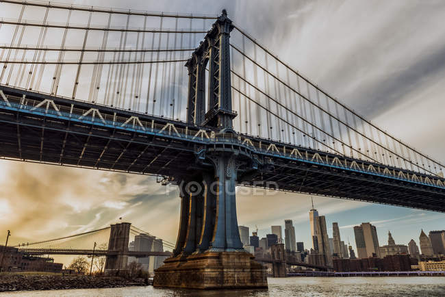 Pont Manhattan au coucher du soleil, Brooklyn Bridge Park ; Brooklyn, New York, États-Unis d'Amérique — Photo de stock