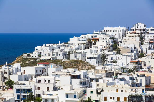 Grottenstadt mit traditionellen weißen Häusern und Blick auf die Ägäis; Grota, Insel Naxos, Kykladen, Griechenland — Stockfoto