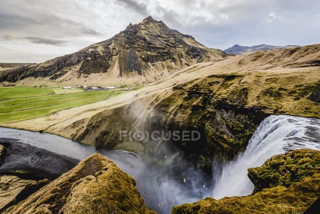 Skogafoss, una cascada histórica, y el río Skoga; Islandia. - foto de stock