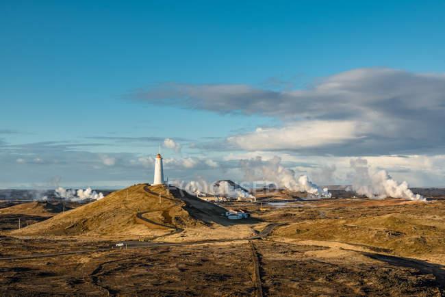 Рейкьярский маяк, старейший маяк в Исландии, на холме Баярфелл в Рейкьявике; Исландия — стоковое фото