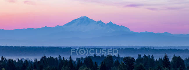 Snow-covered Mount Baker at sunset, viewed from British Columbia; British Columbia, Canada — стокове фото