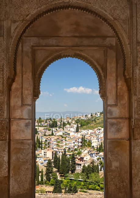 Arched window with a view from Alhambra; Granada, Andalusia, Spain - foto de stock