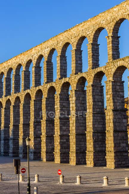 Roman aqueduct; Segovia, Castile and Leon, Spain — Photo de stock