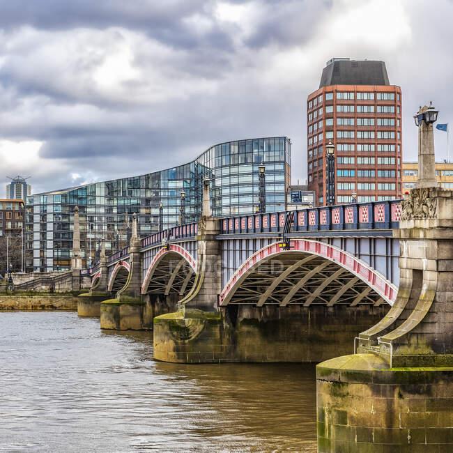 Scenic view of Lambeth Bridge spanning the River Thames; London, England — Foto stock