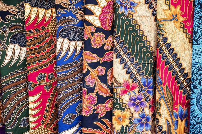 Pano Batik com cores e padrões brilhantes; Banjar, Bali, Indonésia — Fotografia de Stock