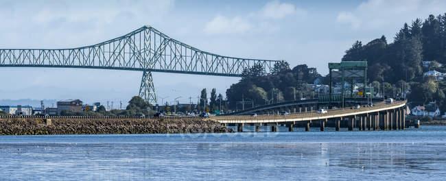 Des ponts traversent la baie Youngs et le fleuve Columbia ; Astoria, Oregon, États-Unis d'Amérique — Photo de stock