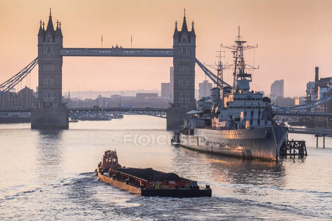 Panoramique de Tower Bridge au-dessus de la Tamise ; Londres, Angleterre — Photo de stock
