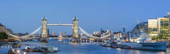 Живописный вид на Тауэрский мост через реку Тэймс; Лондон, Англия — стоковое фото