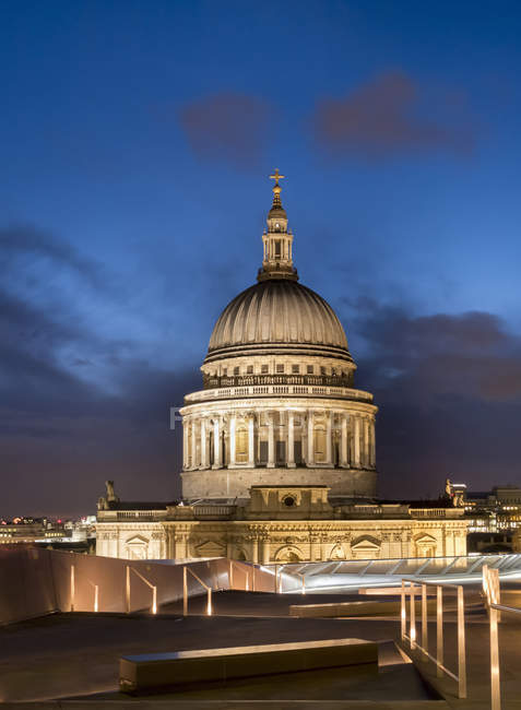 Scenic view of St.Paul 's Cathedral at dusk; London, England — стоковое фото