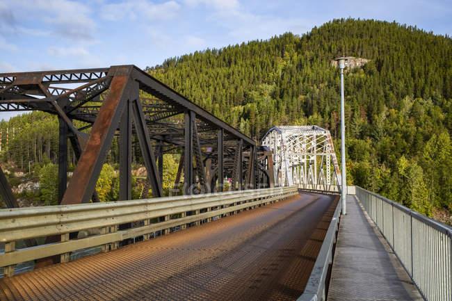 Vecchi e nuovi ponti Skeena che attraversano il fiume Skeena; Terrace, British Columbia, Canada — Foto stock