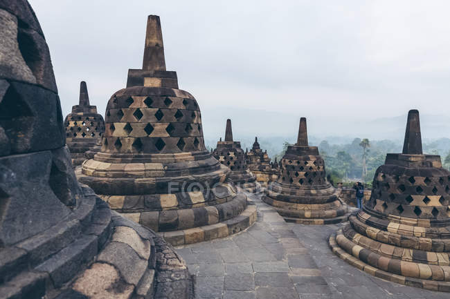 Сценічний вид на Ступас храму Боробудур; Джокьякарта, Індонезія — стокове фото