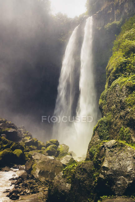 Vista panorámica de la cascada de Sriti; Java Oriental, Indonesia - foto de stock