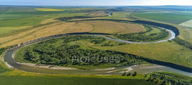 Vista aérea de una doble curva de herradura en un río, cerca de Glenwood; Alberta, Canadá - foto de stock