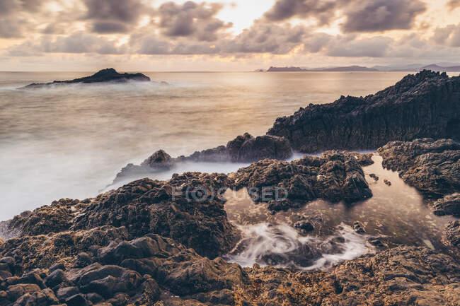 Puesta de sol en Pantai Semeti; Lombok, Indonesia - foto de stock