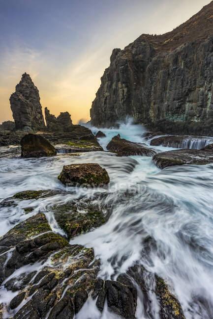Pengempos, Areguling Beach al atardecer; Lombok, Indonesia - foto de stock