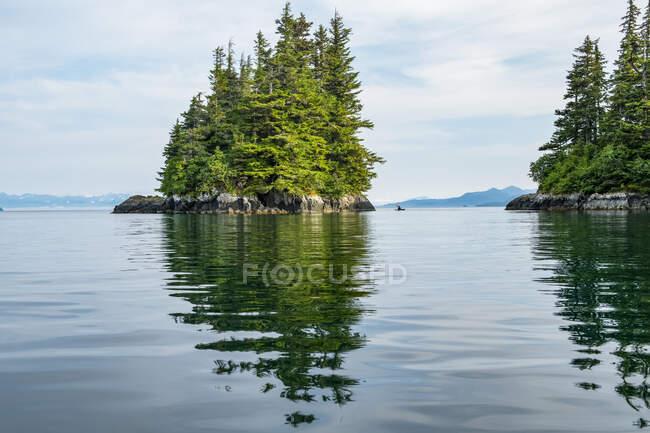 Каякер веслує в Принц Вільям Саунд; Аляска, Сполучені Штати Америки — стокове фото