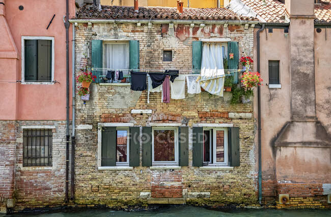 Clothesline and a residential building along a canal; Venice, Italy — Stock Photo