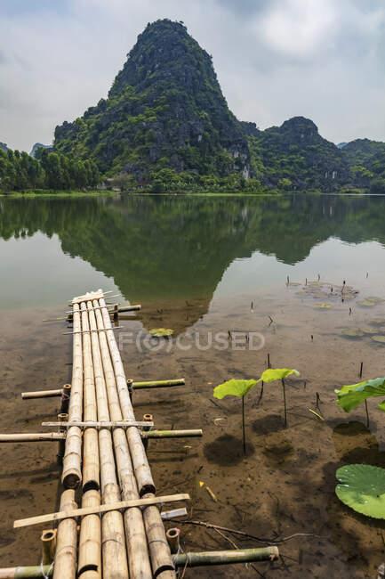 Ландшафт Нін Бінх з горою і водою; провінція Нін Бінх, В