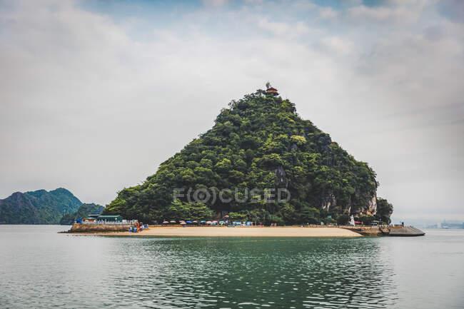 Ha Long Bay com barcos; Província de Quang Ninh, Vietnã — Fotografia de Stock