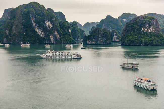 Ha Long Bay with boats; Quang Ninh Province, Vietnam — Stock Photo