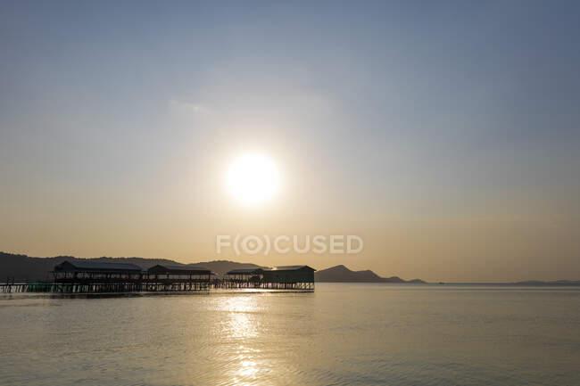 Звездный пляж с пирсами на закате; Пху Куок, Вьетнам — стоковое фото