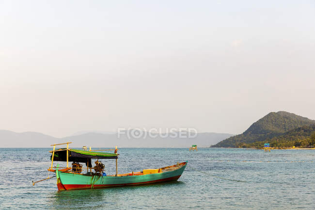 Колірний рибальський човен, що курсує біля берегів В