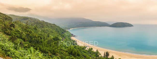 Vue sur les plages le long du littoral depuis le belvédère du col Hai Van ; Vietnam — Photo de stock