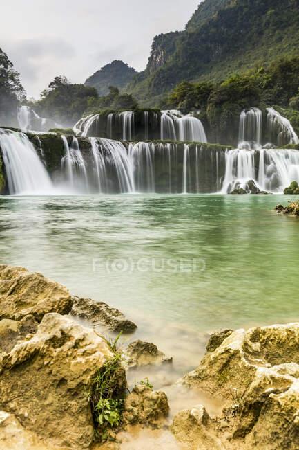 Водопад в Северном Вьетнаме, водопад Бан-Джок-Детиан на реке Кей-Сон; Вьетнам — стоковое фото