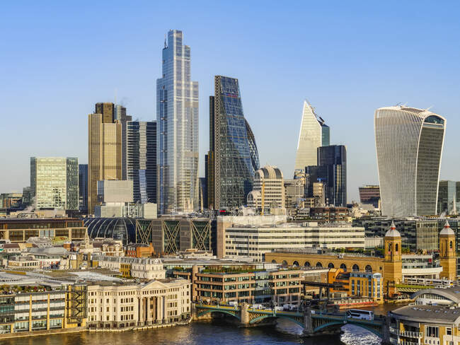 Cityscape and skyline of London with 20 Fenchurch, 22 Bishopsgate, and various other skyscrapers, and the River Thames on the foreground; London, England — стокове фото