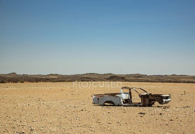 Abandoned shell of a car in the desert on the road to Brandberg Mountain, Damaraland; Kunene Region, Namibia — Stock Photo
