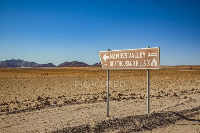 Señal de albergue, Parque Nacional Namib-Naukluft; Namibia - foto de stock