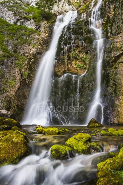Каскады водопадов Вассерлохламма в Австрийских Альпах, длительная экспозиция; Вассерлохламм, Ландль, Австрия — стоковое фото