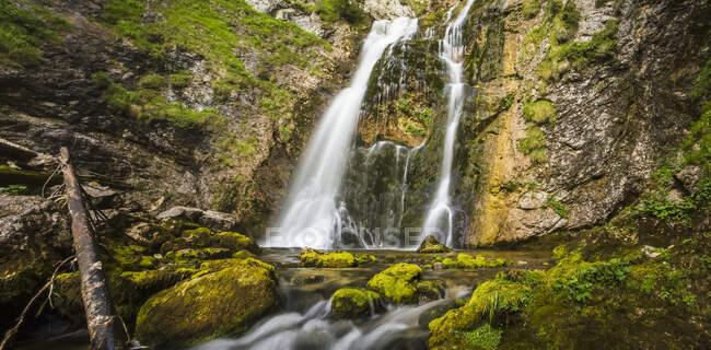 Каскады водопадов Вассерлохламма в австрийских Альпах, сшитые панорамные; Вассерлохламм, Ландл, Австрия — стоковое фото