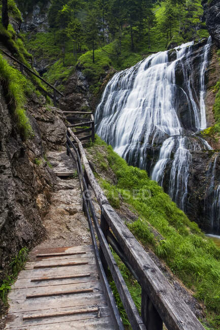 Вуденская тропа, ведущая к каскадам водопадов в австрийских Альпах, длительная экспозиция; Ландль, Австрия — стоковое фото