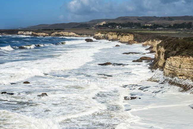 Mousse de plage créée par des vagues s'écrasant sur une plage au Wilder Ranch State Park ; Californie, États-Unis d'Amérique — Photo de stock